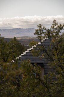 Thirty steps connect the ground with the top of the roof, which provides panoramic views of the lake and the plains of Hardangervidda.