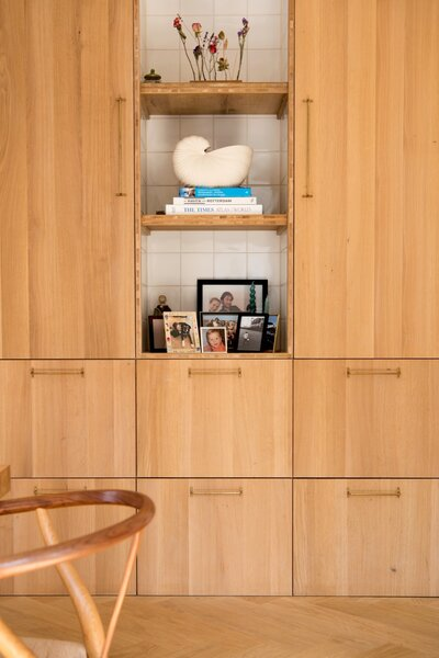 Custom oak cabinetry by Woodchuck is fitted with Futugami handles via Pantoufle.