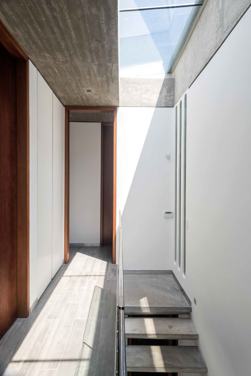 Hallway and Concrete Floor Bedroom Hall  La Iluminada by MARTIN GOMEZ ARQUITECTOS