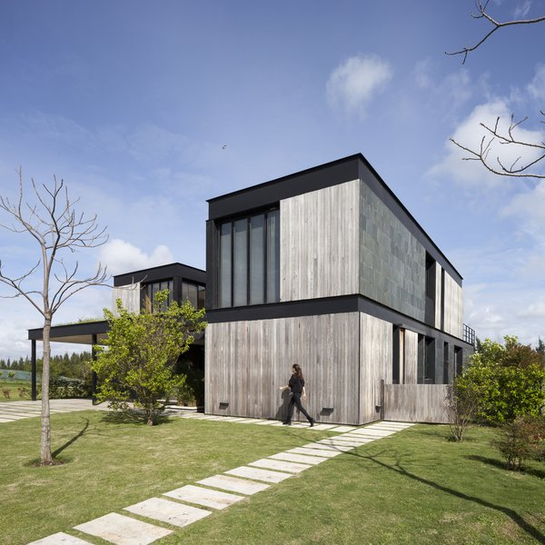 In order to achieve a contemporary exterior while still keeping a feeling of warmth, Martin Gomez Arquitectos chose to use dark metal, black flagstone, and lapacho wood as cladding.