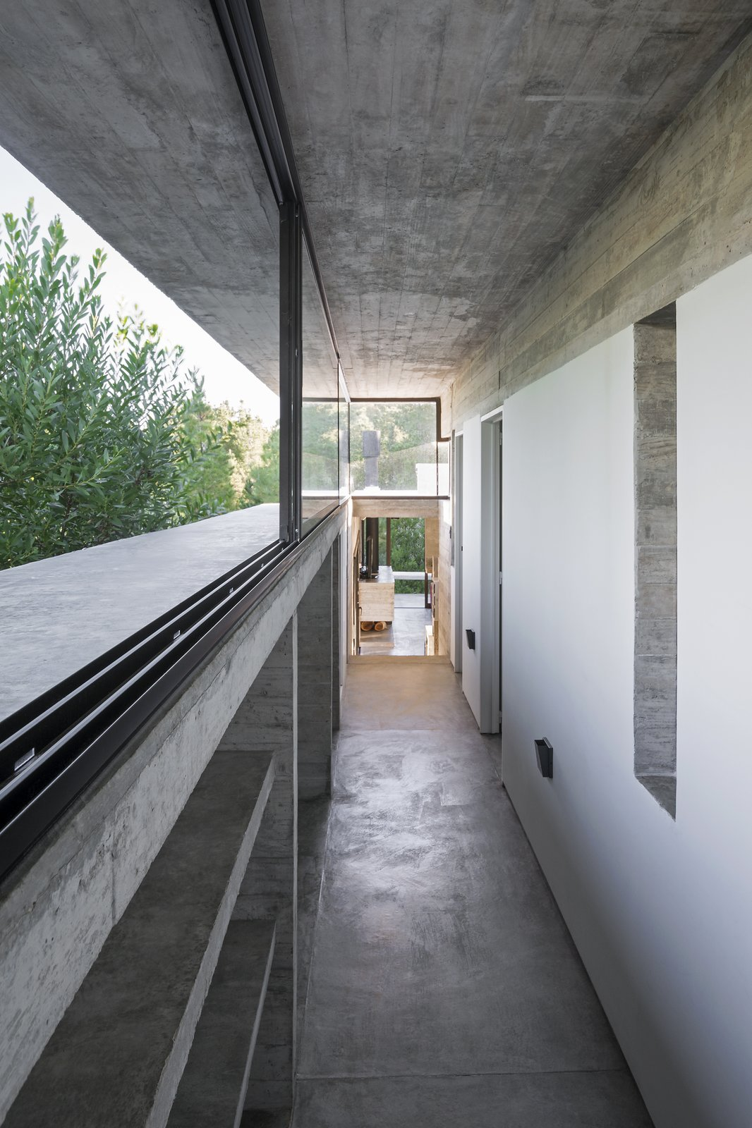 Hallway and Concrete Floor Wein House - Besonías Almeida arquitectos  Wein House by Besonías Almeida arquitectos