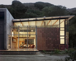 Composed of four volumes and two bedrooms, the Jackson Family Retreat is located at the base of a canyon in the Big Sur area of Northern California and feaures 2,500 square feet of living space.