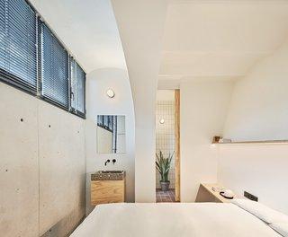 主卧室与暴露的洗脸盆和卫生间