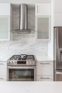 The White Cabinets And Traditional Subway Tile In Marble Make For A Timeless Combination This