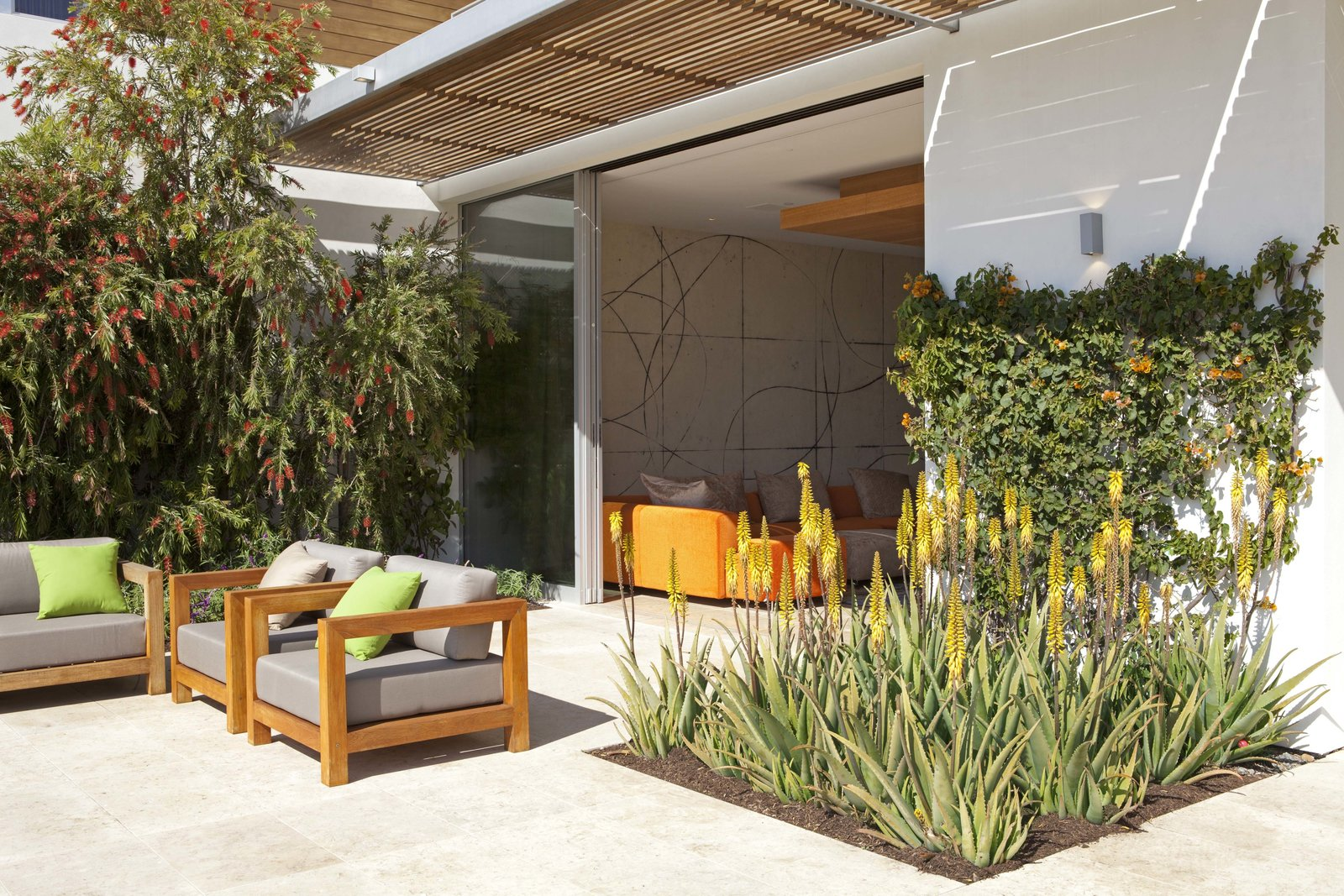 Outdoor Outdoor lounge  Observatory House by Safdie Rabines Architects