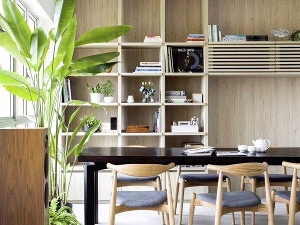 Exceptionnel Detailing For The Open Shelves Next To Dining Area Allows For The Interplay  Of Light And