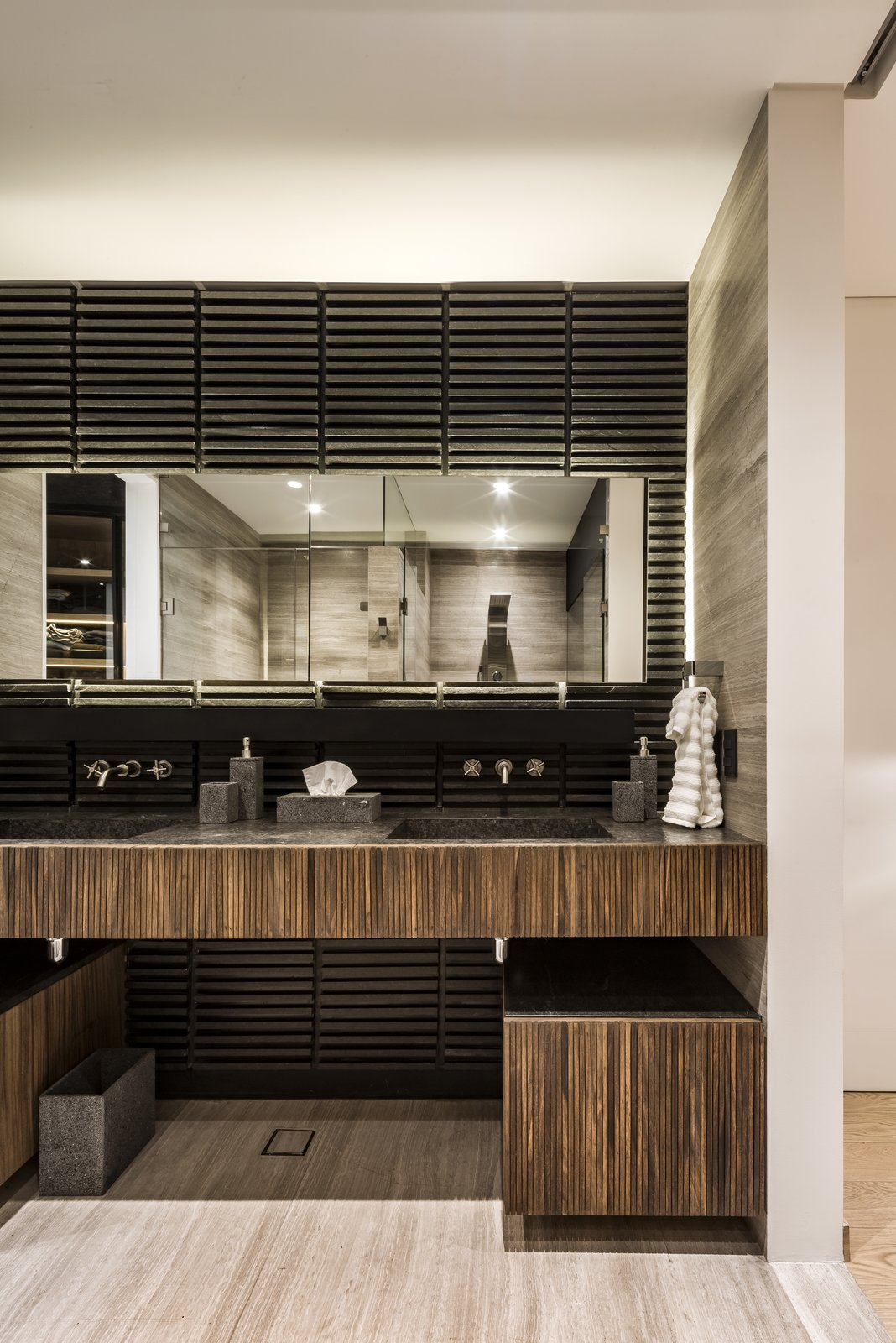Bath, Light Hardwood, Wood, Drop In, and Wall Main bathroom  Best Bath Light Hardwood Wood Photos from Apartment in Ahuehuetes Norte