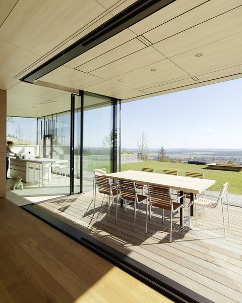 As the design of this unique structure was oriented toward the exterior panoramic view, special attention was paid to the living spaces, such as the lounge seating with fireplace, and the diagonally adjacent kitchen.