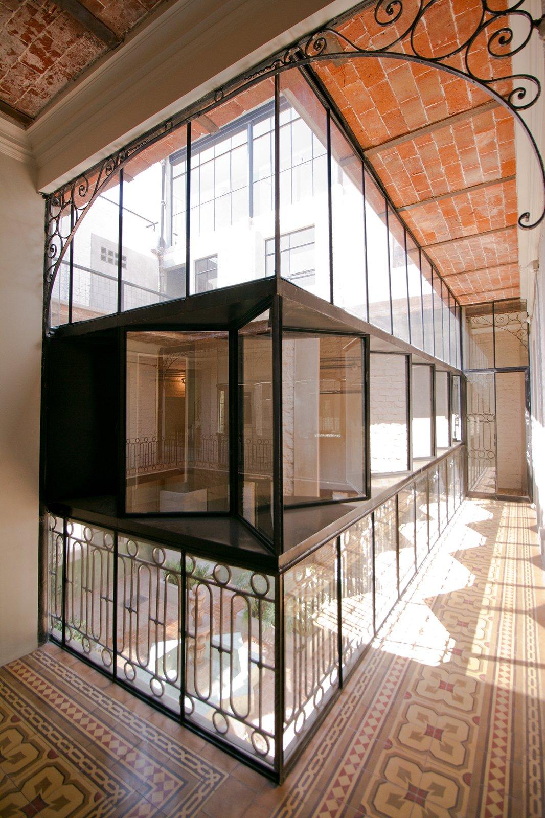 Windows, Metal, and Double Hung Window Type The perimetral circulations became into interior corridors  Lirio 7