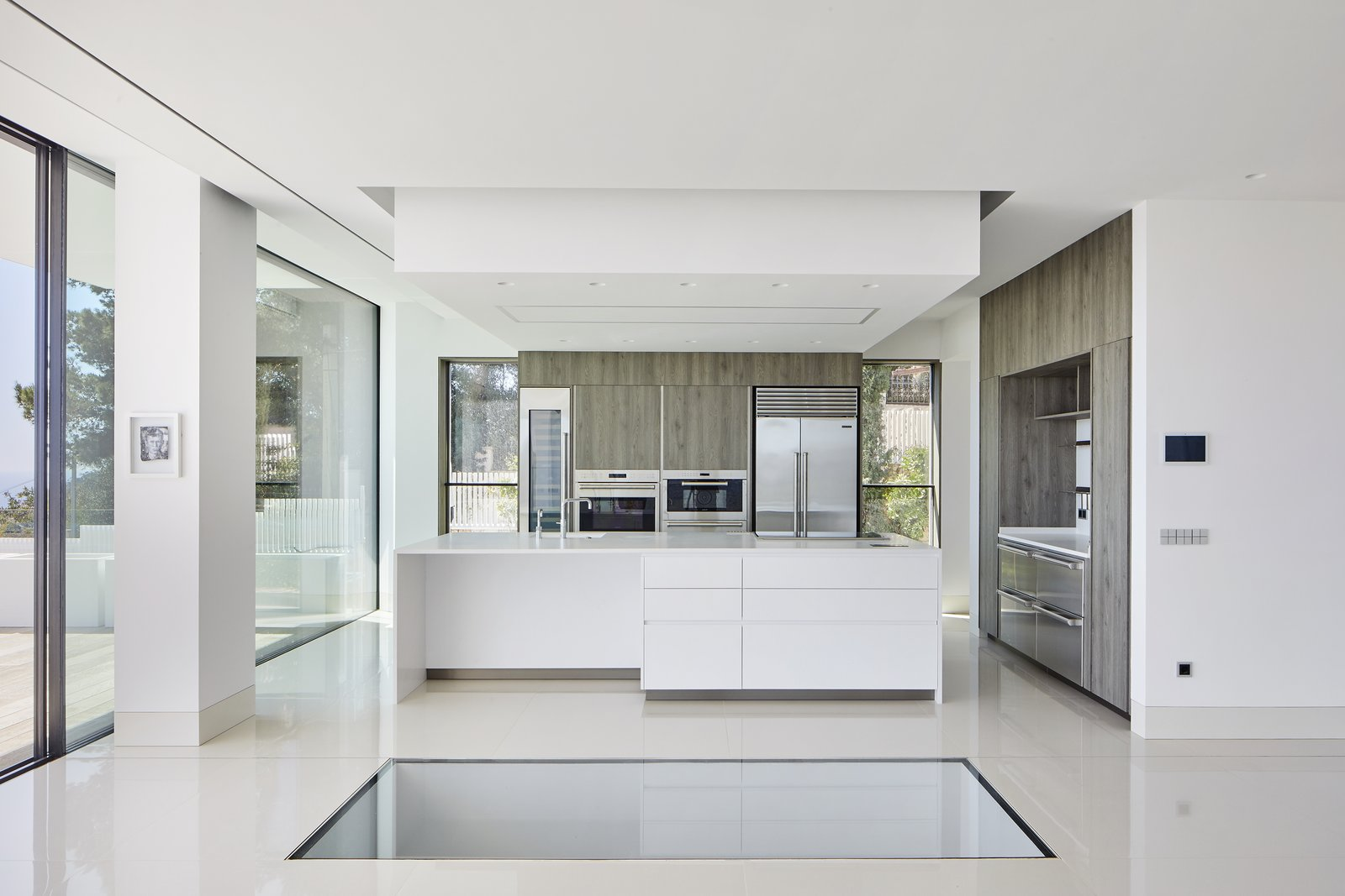 Kitchen, Wall Oven, White, Metal, Microwave, Wine Cooler, Drop In, Laminate, Ceiling, Granite, Range, Range Hood, Dishwasher, Ice Maker, Table, Beverage Center, Cooktops, Wood, Refrigerator, and Porcelain Tile Kitchen.  Best Kitchen Beverage Center Ceiling White Wall Oven Range Microwave Photos from 廚房