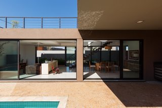Longitudinal implantation takes advantage of the natural ventilation and light, with sliding glass doors serving as an interface between inside and outside.
