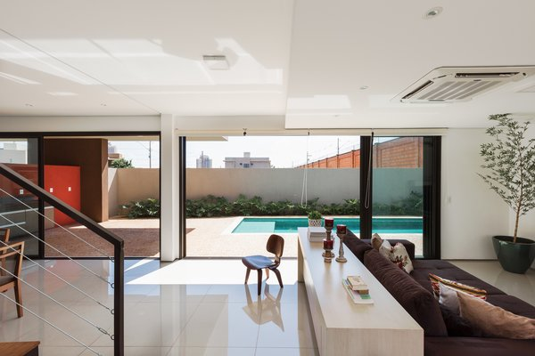Sliding glass doors integrate internal and exterior spaces, allowing a full use of the terrain.