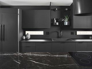 通过利格纳姆柜整个厨房壁由层压材料制成,并设有功能挂板状搁架水槽上方,允许它被定制以房主的需求。