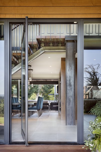 On Hill Residence S Dining Room Opens Up To An Expansive Outdoor Area Via A Mive Metal