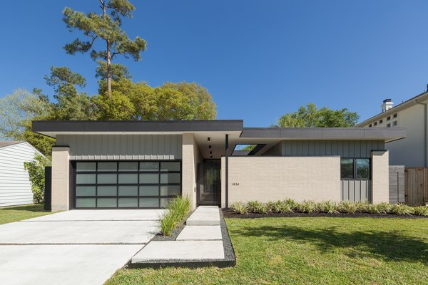 Unlike other new houses in the Garden Oaks/Oak Forest neighborhood of Houston, the Gottschalks embraced a simple, functional pavilion.
