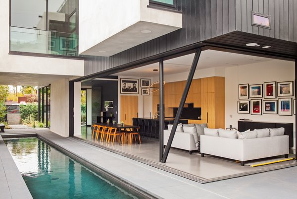In True California Style, This Venice Beach Home Hovers Above a Pool