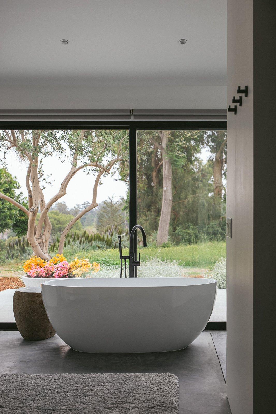 Vista Residence by ANACAPA soaking tub