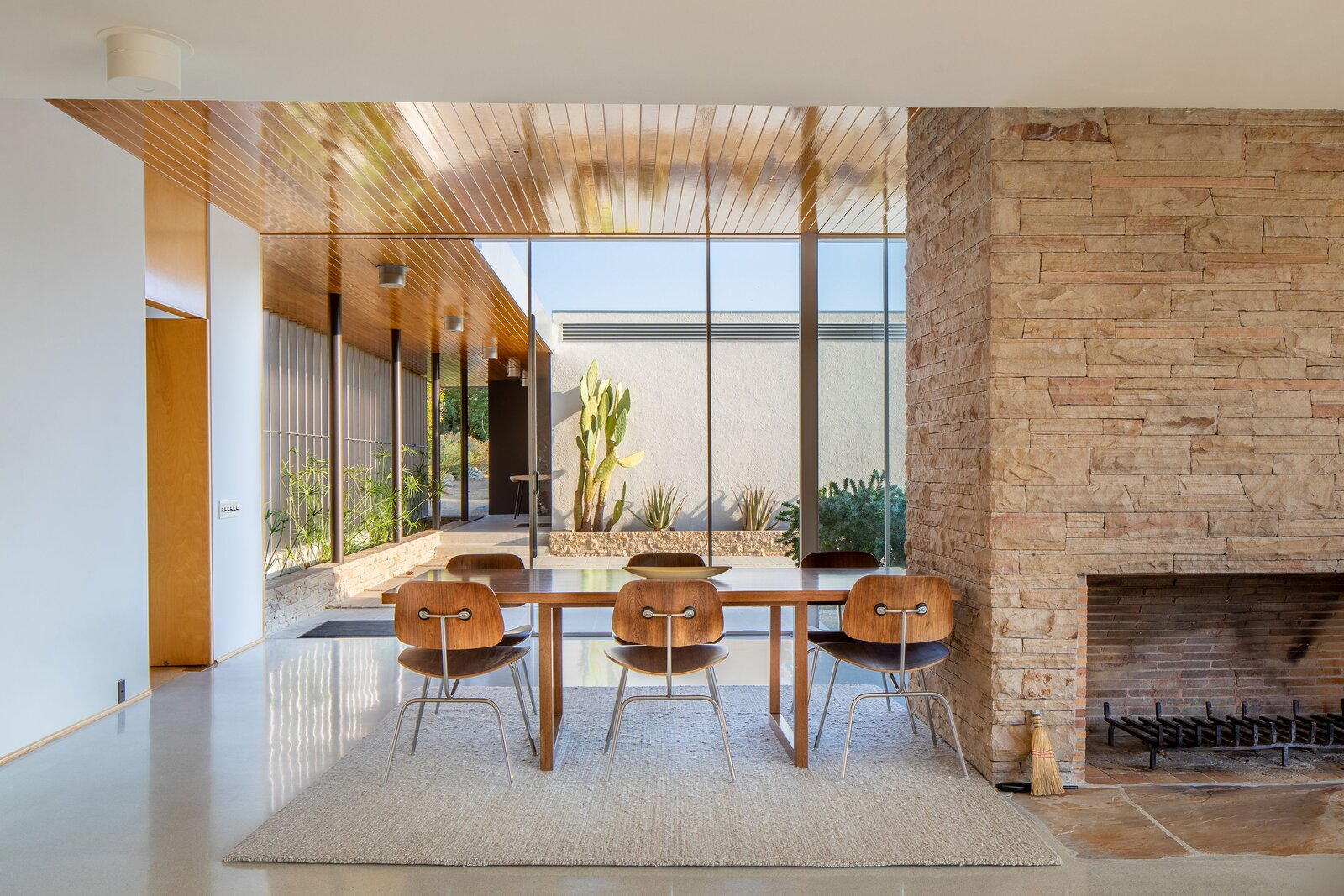 Kaufmann Desert House dining room