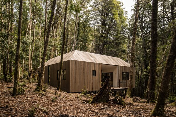 A hardwood roof ensures that the cabin can withstand wintry snowfalls.