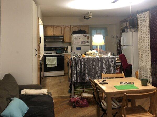 Antes da reforma, a cozinha da família Kong era inconvenientemente localizada no nível do jardim, desprovida de muita luz natural e separada da área de estar ativa do piso da sala de estar.