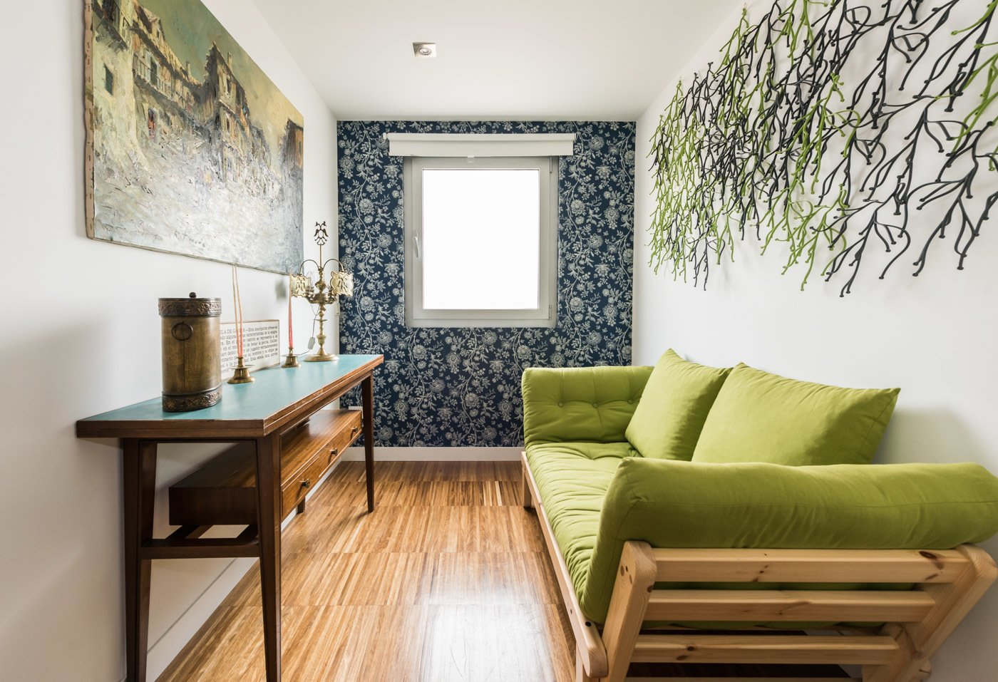 The personal space, has a sofa bed. The decoration with the Algae of the Bouroullec brothers, wallpaper and a console acquired by wallapop. The painting, a work by Román Francés, in La Alberca.  Echávarri house 100m2. Loft between gardens.