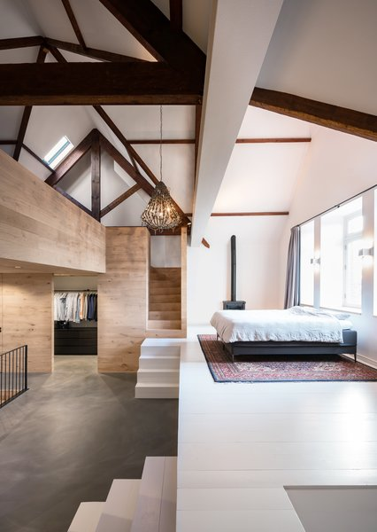 By introducing a new oak staircase with slender steel railings, Bureau Fraai ensured that the living room of Monastery House would be connected to both the basement below and the sleeping floor/multifunctional attic floor above.