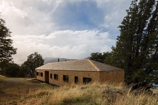 Since the remote site and harsh climate made access to supplies and labor difficult, the architects used prefabricated materials and construction methods.