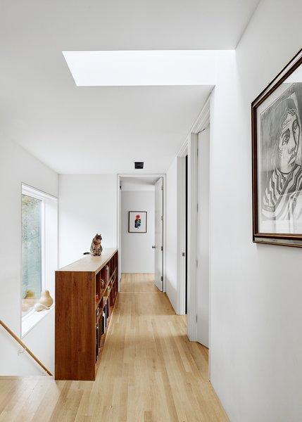"""建筑师不希望的CAN灯""""手术室"""",所以埃内斯托设计由简单的钢板,它可以伪装""""便宜即可灯"""",在这里看到在走廊上的定制夹具。""""它看起来像$ 1,500器材,但它像300 $,""""他说。"""