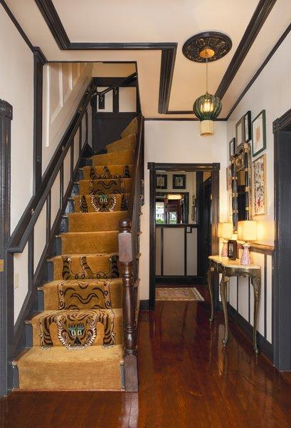 由设计团队中的一员绘制的老虎插图定制的金色亚军欢迎客人的条目。该挂件是玉莫拉尼奥卡玻璃与金条纹。
