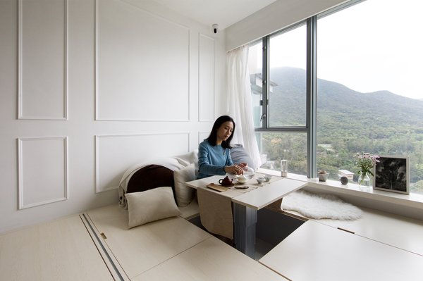 The coffee table in the living room can be elevated when in use and sits flush with the floor when not in use. The owners often use the table for tea ceremonies.