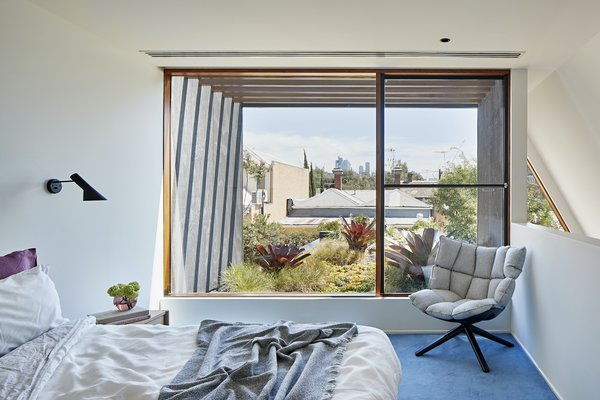 The master bedroom on the first floor has views over the green roof, bringing a sense of life into the interior and visually breaking up the view of the surrounding rooftops.