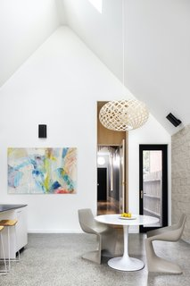 The timber pendant above the dining table is by New Zealand–based lighting designer David Trubridge.