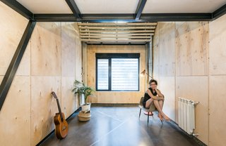 The spaces were adapted to suit the modular nature of the plywood cladding. The lids used to clad the walls of the studio are 80x120cm, while those used for the flooring of the mezzanine level are 60x80cm.
