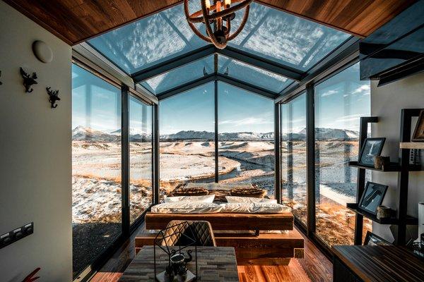从温暖的被窝中的全景式玻璃小屋冰岛舒适观看北极光。由爱沙尼亚公司OOD公寓设计,两个2000平方英尺的预制小木屋若有所思小空间生活做。每个人都有一间卧室,客厅,浴室和厨房。