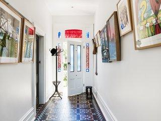 """""""我们没有尽力挽留,庆祝原来的房子里,我们发现的功能,""""乔说。功能,如原始瓦片和彩色玻璃在入口门厅被保留,并压制金属天花板,壁炉,和原始雪松裙子和楣全部返工和重新安装。"""