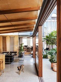 """""""我们希望使用具有低能量体现在哪里人手的工艺加工可注册材料原料和自然的感觉,""""乔说。所述材料板包括热浸镀锌钢板的工作,这被暴露而着称;箍松在墙壁,天花板,和细木工胶合板;blackbutt硬木在暴露的椽,梁,楼梯,地板和;和种植花梨木门窗。"""