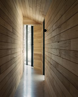 """客户需要的家庭,没有用石膏板或油漆。其结果是,内部墙壁上都贴着木材。""""这种关系非常强烈与退缩的念头,"""" Shields说。""""它创造的是感觉更像是一个客舱空间,从家庭环境的不同。"""""""