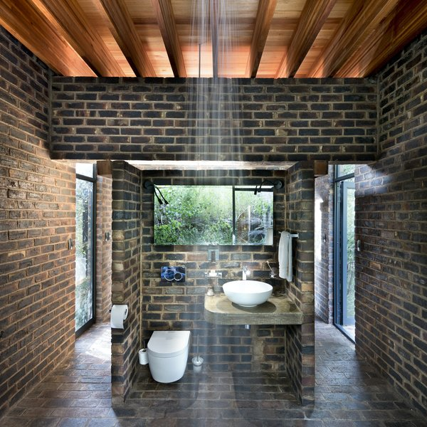 The shower in the center of the bathroom room is also open, providing a connection to nature.