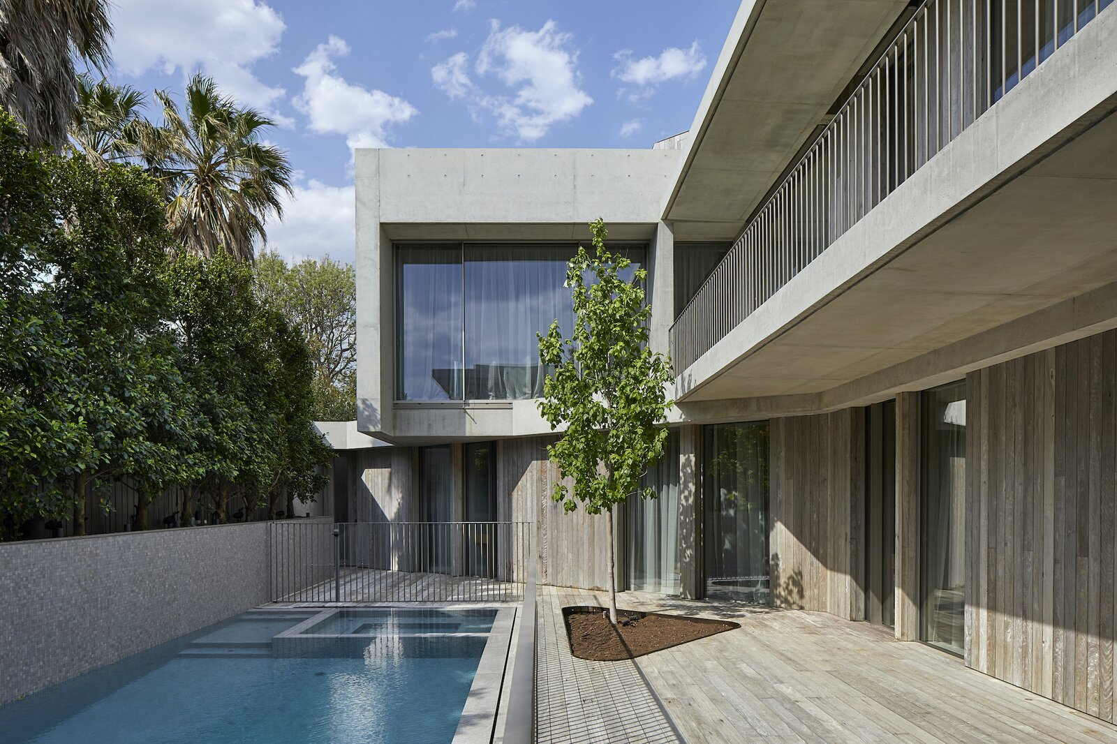 Courtyard and pool of Silver Linings by Rachcoff Vella Architects.