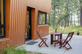 Diane chose a metal cladding due to the risk of fire in the Ponderosa forest. As a result, the insurance costs for the cabin are very low compared to the neighboring cabins.