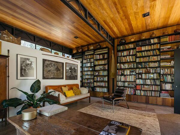 The husband is a psychoanalyst who attends to patients in São Paulo as well as in the home—hence the generous proportions of the library and office.