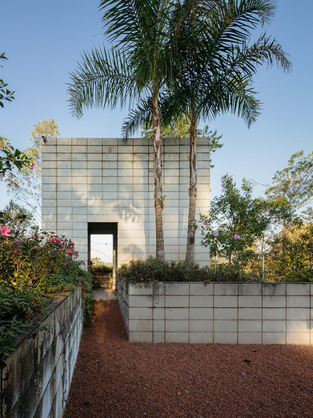 Entrance of Casa Granja V by 23 SUL.