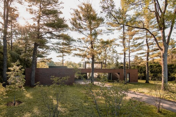 The position of the garage creates a clear axis that marks the main entrance to the residence. It follows the same axis as the preexisting access road, which allowed for the architects to mitigate impact on the site and surrounding landscape.
