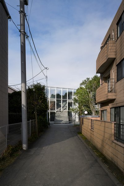 From the long lane in front of the house, the transparent facade puts the focus on the staircase.