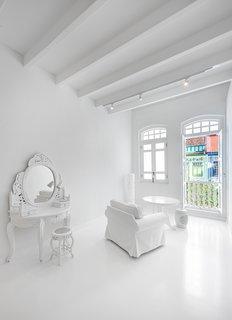 All-white furniture complete the purist design.