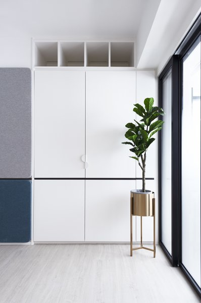 Materials like vinyl flooring from Canica are chosen for durability and easy maintenance, maximizing hygiene standards. The colors of the fabric panels on the wall are muted and elegant.