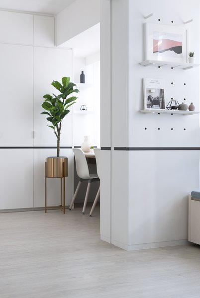 On the walls, acoustic pin-up panels aid creative thinking and discussion, and peg walls let tenants personalize their spaces.