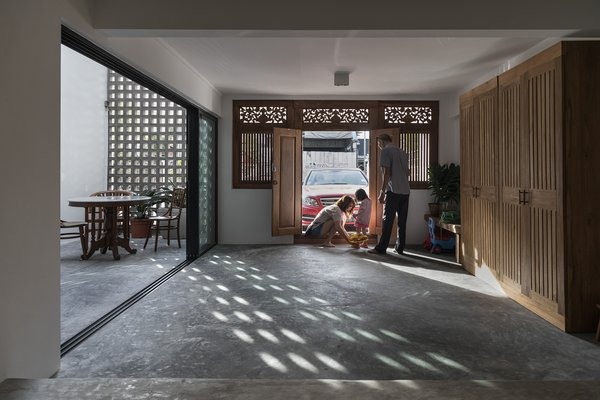 Zhenru consulted with lecturer Andi Putranto from the Department of University Gadjah Mada in Yogyakarta, who specializes in collecting and restoring teak doors and windows from dilapidated houses around Java. The front door and window set was salvaged from a 1950s-built house.