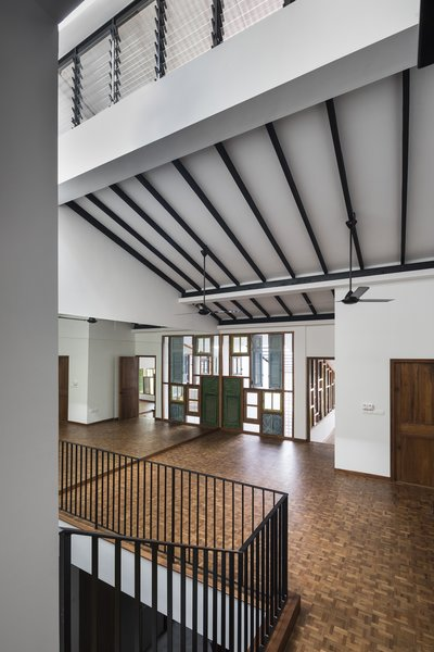 By opening up the ceiling, the architect provided the studio with a sense of loftiness.