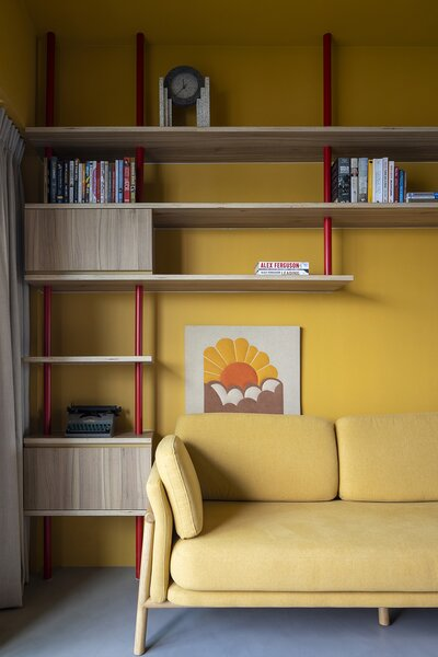 Neo expressed the structure of the living room shelves by painting them fire-engine red.